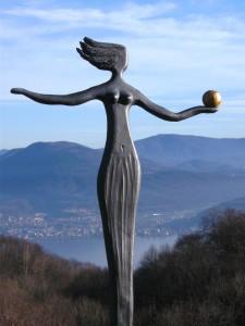 Frau im Wind mit der Kugel
