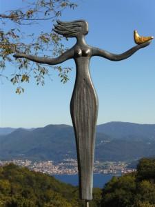 Die Frau im Wind mit der Friedenstaube
