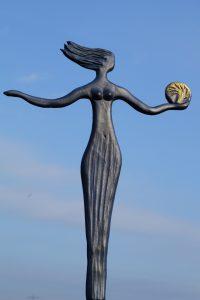 Frau im Wind mit dem Baum in der Hand verkl.