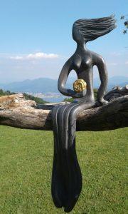 Frau im Wind - mit der Rose